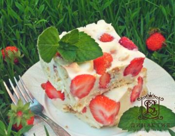 Рецепт сметанного торта с клубникой и печеньем