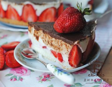 Рецепт торта-суфле с халвой и клубникой